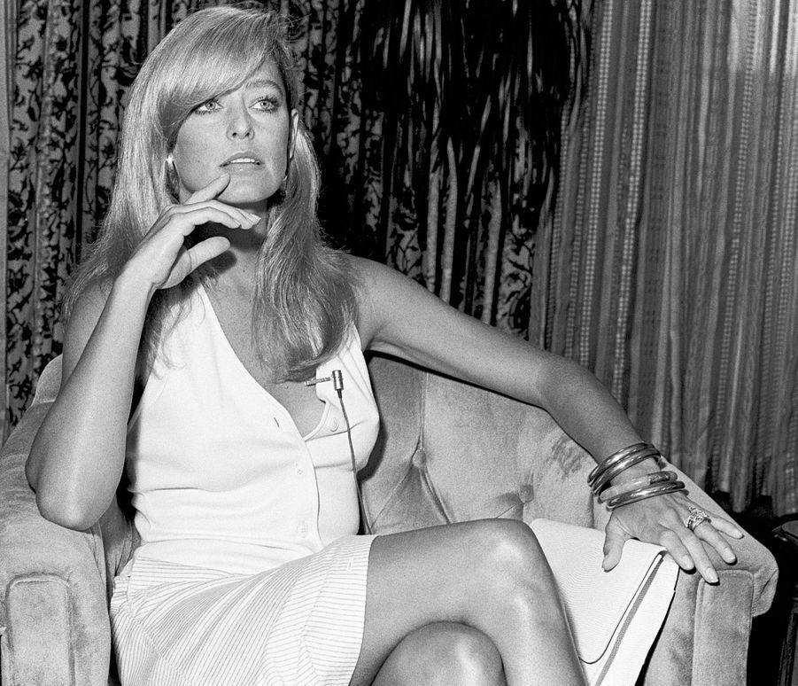 « Elle n'a plus son sourire éclatant et figé de poupée. Le nouveau visage de Farrah Fawcett est celui de cette femme songeuse, à un tournant de sa vie. Entre son mari Lee Majors et Ryan O'Neal, elle hésite encore. » - Paris Match n°1602, 8 février 1980