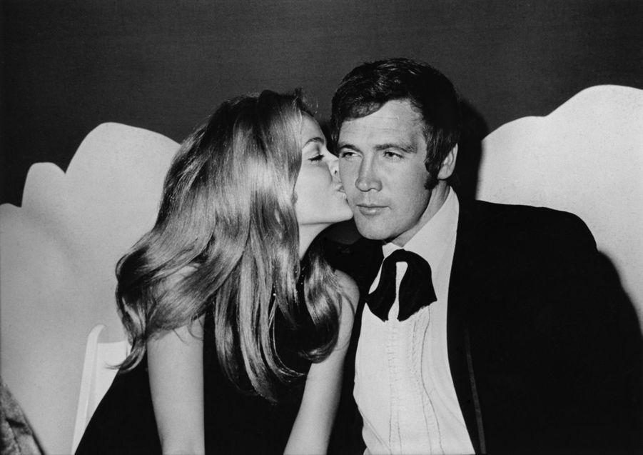 Farrah Fawcett et Lee Majors au tout début de leur relation, en décembre 1969 à Los Angeles.