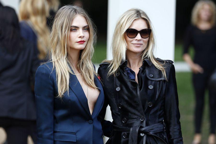 Cara Delevingne et Kate Moss arrivent au défilé Burberry