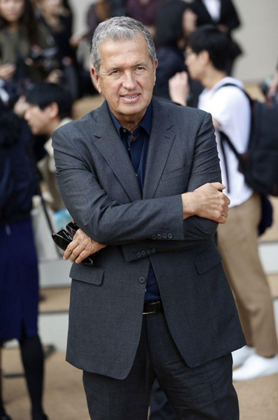 Mario Testino arrive au défilé Burberry