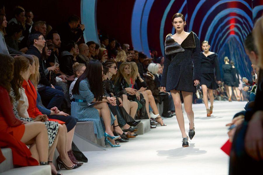 La reine des tops Kendall Jenner défile pour Dior en veste en fourrure bleu encre.