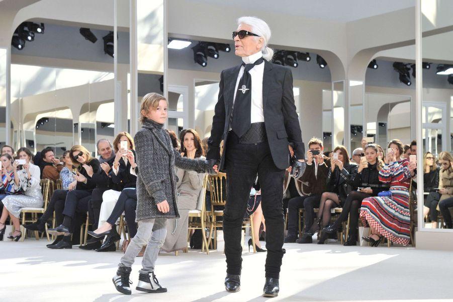 En ce 8 mars, Karl Lagerfeld célèbre la femme au Grand Palais. Chez Chanel, il n'y a que des premiers rangs, la marque a lancé en conséquence sur son compte Instagram le hashtag très malin #FrontRowOnly, repris en masse par les heureux invités du défilé de ce mardi. Parmi eux, le rappeur producteur Pharrell Williams, la teenage-star et fille de Will Smith Willow accompagnée de sa maman Jada Pinkett Smith, sans oublier la Proud Mama Kris Jenner, venue applaudir sa mannequin de fille. On retrouve dans cette collection les grands classiques de la maison comme le tailleur en tweed mélangé et le chapeau créé par Coco Chanel revisité. Karl n'a de cesse de casser des codes, il intègre cette saison le blouson imperméable bi-matière façon sportswear et l'ensemble sweat-shirt rose pâle à capuche et liserés de cuir porté par Kendall. Des tenues classiques pour des détails beaucoup moins, placés subtilement: la tendance boucle d'oreille unique, les bottes en-dessous du genou bi-matière, les ornements en forme de cœur et tête de chat – clin d'œil à Choupette, la chatte de Karl Lagerfeld reine des réseaux sociaux – et les motifs deux doigts en signe de «peace». Les proportions de cette collection sont juste parfaites, du Chanel chic et classe totalement dans l'air du temps, avec des tenues complètes du matin au soir. Gigi Hadid et sa sœur Bella ont foulé le catwalk de la maison, suivies par les deux garçons chouchou de Karl Lagerfeld: Brad Kroening et Baptiste Giabiconi.