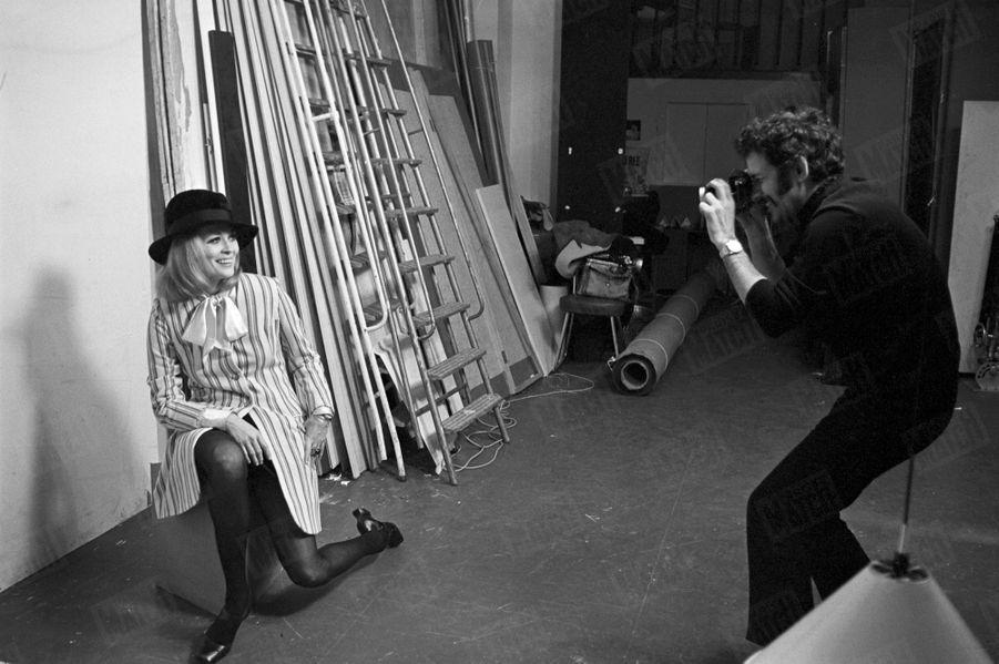 Faye Dunaway et Jerry Schatzberg à Paris, lors de la promotion de « Bonnie and Clyde » d'Arthur Penn, en février 1968.