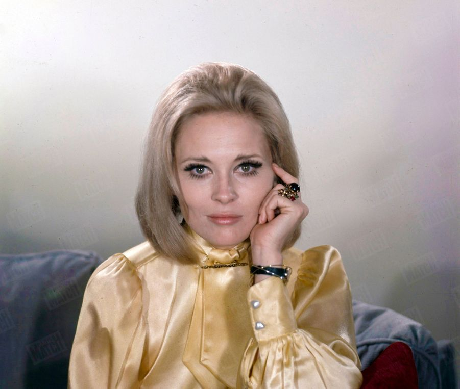 Faye Dunaway, à Paris pour la promotion de « Bonnie and Clyde » d'Arthur Penn, en février 1968.
