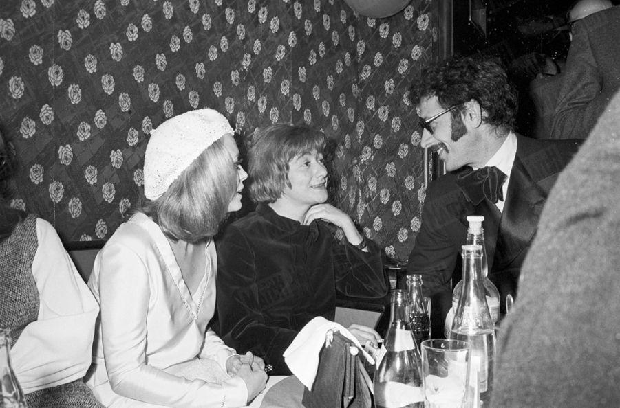 Faye Dunaway et Jerry Schatzberg en compagnie de Françoise Sagan, lors d'une soiréechez Régine pour la promotion de « Bonnie and Clyde » d'Arthur Penn, en février 1968.
