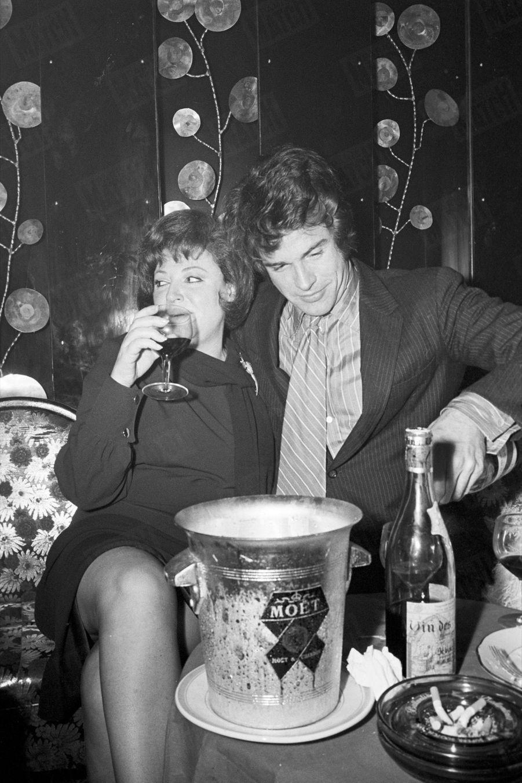 Warren Beatty avec Régine, lors d'une soirée pour la promotion de « Bonnie and Clyde » d'Arthur Penn, en février 1968.