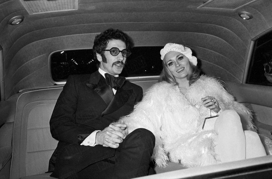 Faye Dunaway et Jerry Schatzberg, quittant la soirée donnée chez Régine pour la promotion de « Bonnie and Clyde » d'Arthur Penn, en février 1968.