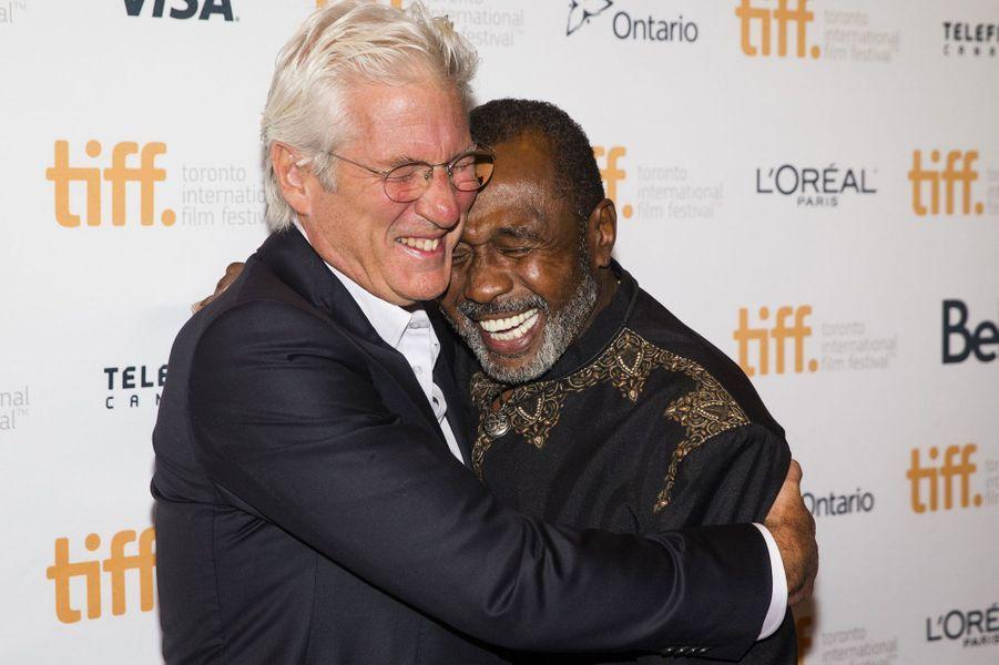 Richard Gere, qui sert dans ses bras l'acteurBen Vereen, est venu au TIFF pour son nouveau film «Time Out of Mind», en salles prochainement.