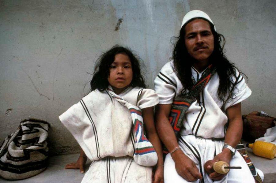 Les montagnes de la Sierra Nevada de Santa Marta, au nord de la Colombie, forment la chaîne côtière la plus haute du monde. Les pics enneigés qui dominent les pentes boisées sont sacrés pour les Indiens arhuaco qui y vivent. Les Arhuaco vivent ici depuis des siècles. Ils s'appellent eux-mêmes les ʻfrères aînés', et estiment qu'ils ont une sagesse mystique et une compréhension du monde qui surpassent celles des autres peuples, les ʻpetits frères'. Les mamos sont les chefs spirituels des Arhuaco et sont responsables du maintien de l'ordre naturel du monde. L'apprentissage pour devenir un mamo commence dès le plus jeune âge et dure environ 18 ans ; un jeune homme est emmené en haut des montagnes où on lui apprend à méditer sur le monde naturel et spirituel.Ma mission est d'interagir avec la nature, c'est pourquoi je me consacre à l'étude de la sagesse ancienne, nous confie le mamo Zäreymakú. Mon père faisait le même travail que moi : préserver l'équilibre de la nature, converser avec elle. En tant que mamo, je représente tous les êtres vivants.