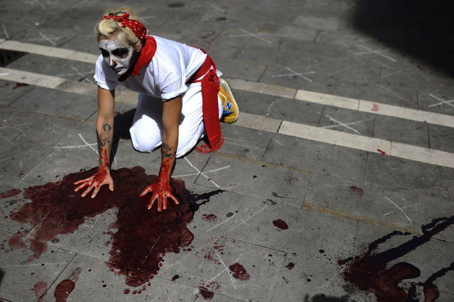 Samedi, à la veille de l'ouverture des festivités, des manifestants opposés à la course de taureaux ont protesté devant la mairie de Pampelune.