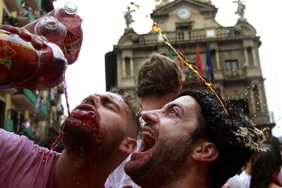 Pour fêter le coup d'envoi, les fêtards s'arrosent de vin.