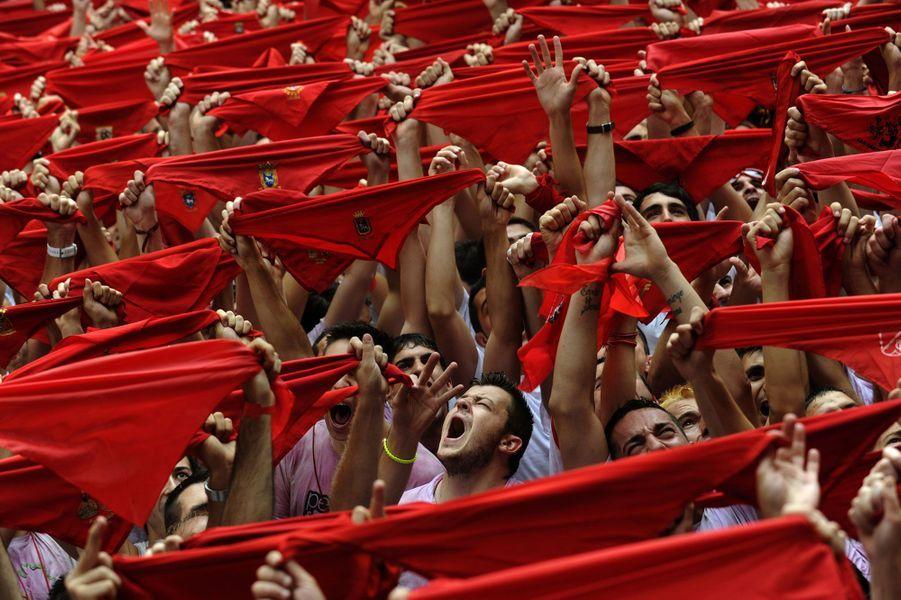 Chaque année en juillet, la fièvre de la San Fermin envahie Pampelune. Courses de taureaux, chants, danses - le tout accompagné de vin à foison - rythment la vie de cette ville du nord de l'Espagne pendant une dizaine de jours. Dimanche, une foule compacte de visiteurs vêtus de blanc, foulard rouge à la main et vin rouge dans le gosier, ont marqué dans la bonne humeur l'ouverture de ce rendez-vous traditionnel.