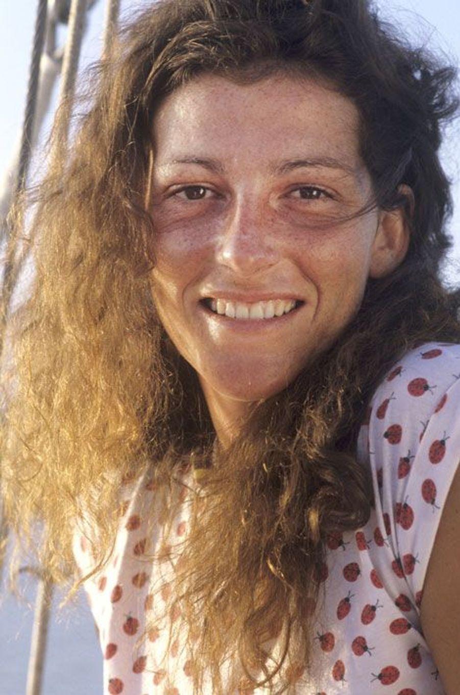 En 1982, Florence Arthaud à son arrivée à Pointe-à-Pitre lors de la Route du Rhum sur son trimaran Biotherm II.