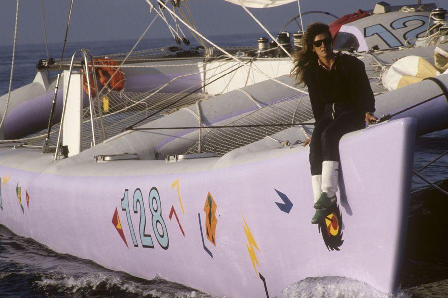 En 1986, pour sa troisième Route du Rhum, Florence Arthaud pose sur son catamaran Energie et communication.
