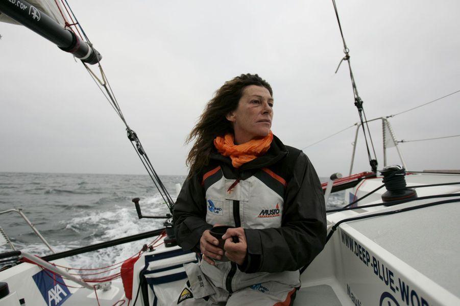 En octobre 2007,Florence Arthaud lors d'une séance d'entraînement à bord du monocoque «Deep Blue».