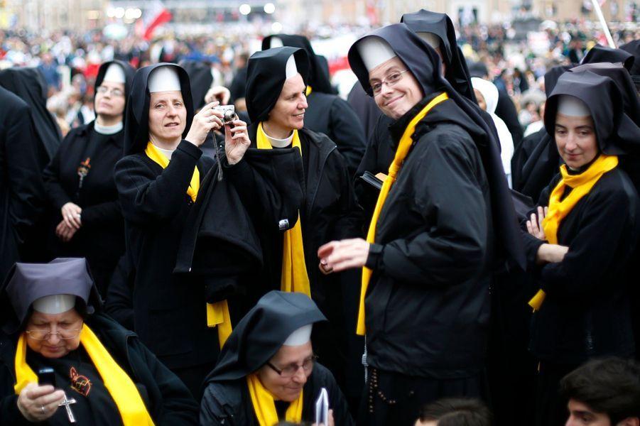 Les fidèles sont venus en si grand nombre assister à la cérémonie que la Via della Conciliazione, qui s'étend sur un demi-kilomètre était aussi noire de monde que la place Saint-Pierre à laquelle elle mène, tout comme les ponts qui enjambent le Tibre dans le secteur. Dix mille gardes, policiers et secouristes sont mobilisés pour encadrer cette foule immense dans laquelle les drapeaux polonais sont omniprésents. De vastes secteurs de Rome ont été fermés à la circulation. Certains, parmi lesquels de nombreuses familles, ont attendu plus de douze heures Via della Conciliazione avant que la police n'ouvre l'accès à la place à 05h30, quatre heures environ avant le début de la cérémonie.