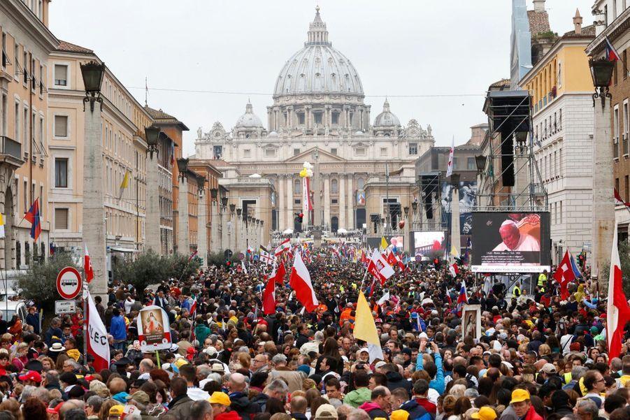 """""""Le pape Jean Paul II a ouvert les portes à la jeunesse et il était très proche de nous les jeunes"""", explique une nonne argentine, soeur Irmana Mariella. """"J'ai grandi avec lui et c'est très émouvant pour moi.» Le fait que Jean XXIII et Jean Paul II aient incarné selon beaucoup deux visages opposés de l'Eglise ajoutera un sens politique à cet événement qui, espère le pape François, pourrait souder davantage les quelque 1,2 milliard de catholiques. Jean, un Italien souvent surnommé le """"bon pape"""" en raison de sa personnalité ouverte et amicale, est mort avant la fin des travaux du Concile Vatican II en 1965 mais son initiative a déclenché un bouleversement majeur dans la liturgie, en introduisant les langues vernaculaires et en autorisant l'usage de la musique moderne."""