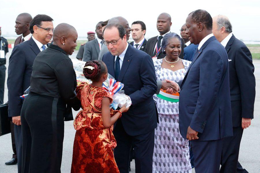 Toujours à l'aéroport avec Alassane Ouattara, le moment des cadeaux de bienvenue.
