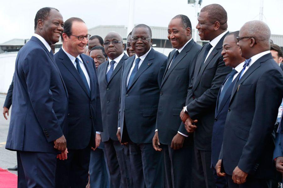 François Hollande, complice, avec Alassane Ouattara qui lui présente son gouvernement.