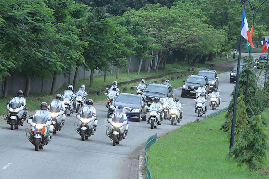 Alassane Ouattara et François Hollande dans la voiture présidentielle, escortés par les motards ivoiriens.