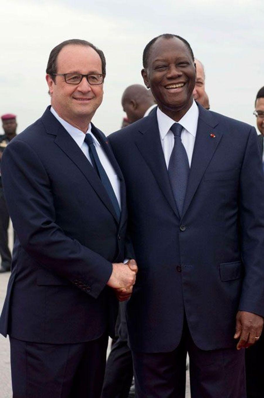 La traditionnelle première poignée de main de bienvenue entre les deux présidents, tout sourires.