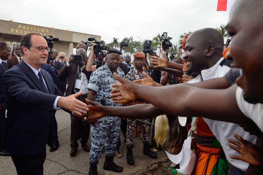 Le président français au contact de la population ivoirienne à sa sortie de l'aéroport.
