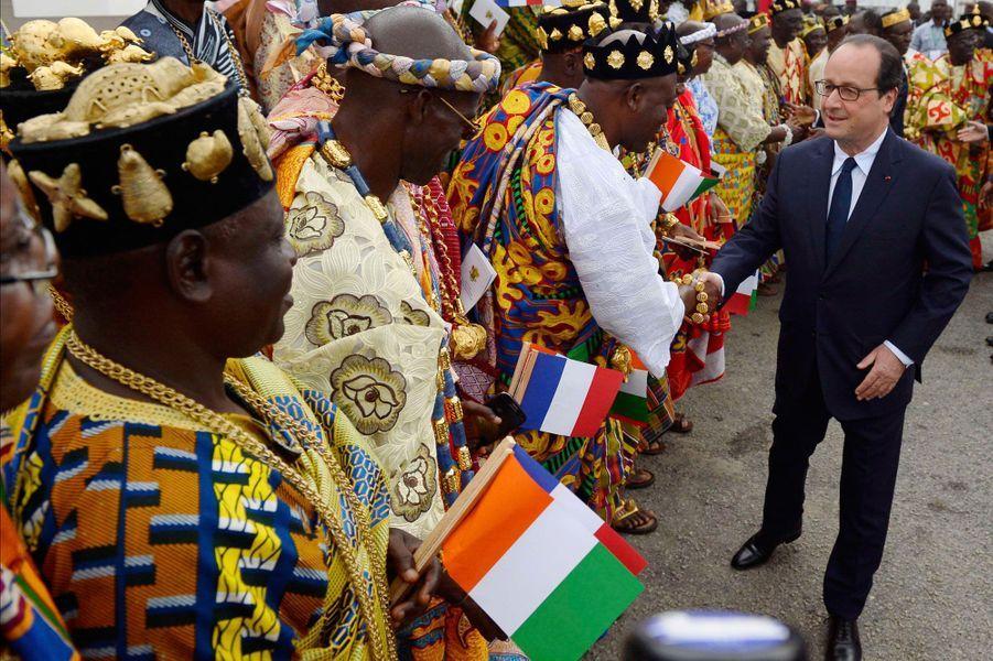 François Hollande salue les représentants des autorités traditionnelles à Abidjan.