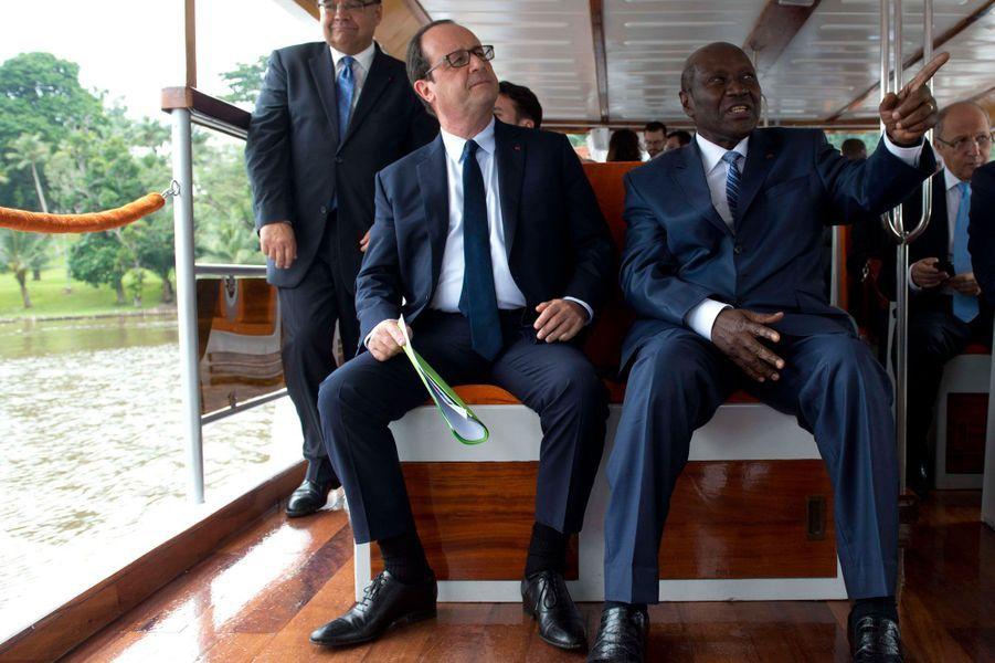 François Hollande en compagnie du Premier Ministre ivoirien,Daniel Kablan Duncan. Le président français constate via ce trajet en bateau la future livraison d'un troisième pont réalisé par le groupe Bouygues sur la lagune d'Abidjan.