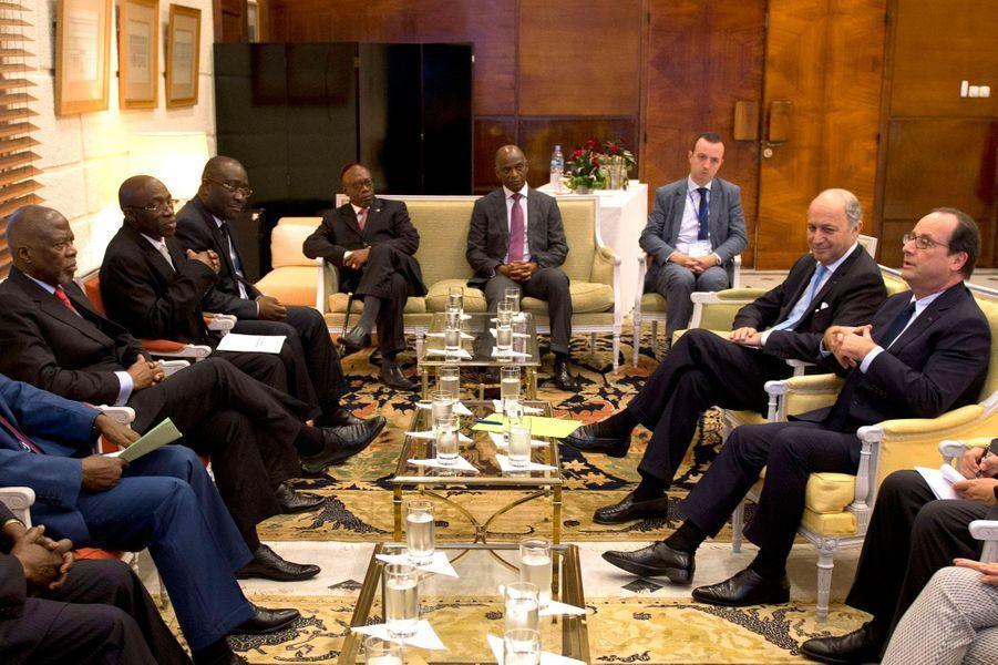 François Hollande rencontre les leaders de l'opposition ivoirienne à Abidjan.