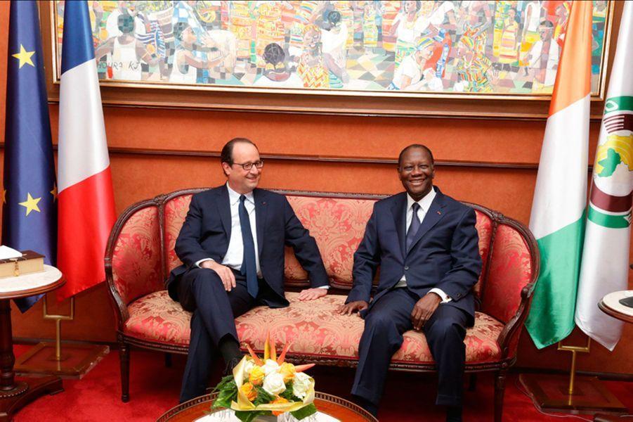 François Hollande, dans le canapé présidentiel avec son homologue ivoirien, Alassane Ouattara.