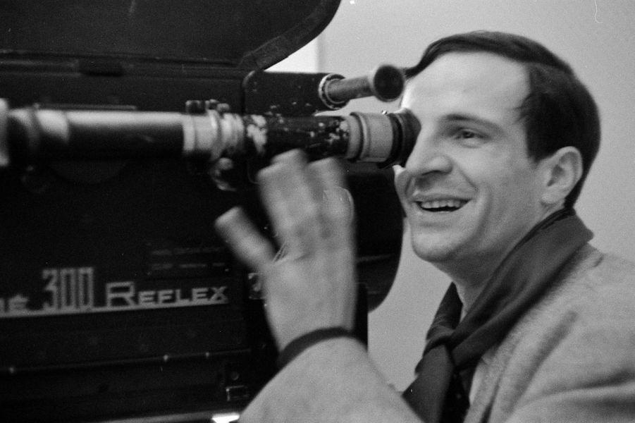 """Il y a trente ans disparaissait le grand réalisateur français François Truffaut. Paris Match lui rend hommage avec une sélection de ses archives.Initiateur de """"La Nouvelle Vague"""" avec ses amis Jean-Luc Godard, Jacques Rivette, Claude Chabrol ou Eric Rohmer, sous le haut patronage d'André Bazin, François Truffaut débute comme critique aux Cahiers du cinéma avant de devenir réalisateur.Dès son premier long métrage, """"Les Quatre cents coups"""" (1959), avec un irrésistible Jean-Pierre Léaud dans le rôle récurrent d'Antoine Doinel, il devient un cinéaste culte. Suivront de nombreux chefs d'oeuvre qui ont marqué l'histoire du cinéma mondial - citons """"Jules et Jim"""", """"Fahrenheit 451"""", """"Les Deux Anglaises et le Continent"""" (notre préféré), """"La Nuit américaine"""" (Oscar du meilleur film en langue étrangère), """"Le Dernier Métro"""" (César du meilleur film et du meilleur réalisateur) ou encore """"La Femme d'à côté"""". Le titre d'un de ses films lui collait comme un gant: """"L'homme qui aimait les femmes"""" (et les actrices), collectionnant les élans du coeur pour ses muses sur grand écran comme Catherine Deneuve ou Fanny Ardant. Victime d'une tumeur cérébrale, il meurt le 21 octobre 1984 à Neuilly-sur-Seine. Il n'avait que 52 ans.France, le 31 janvier 1962, portrait du cinéaste français François TRUFFAUT, à l'occasion de la sortie du film """"l'amour a vingt ans"""", ensemble de cinq sketchs. Le sketch du réalisateur intitulé """"Antoine et Colette"""" relate le second volet de l'histoire d'Antoine Doinel à 17 ans, quelques années après """"les 400 coups"""". Le réalisateur derrière la caméra, regardant dans le viseur"""