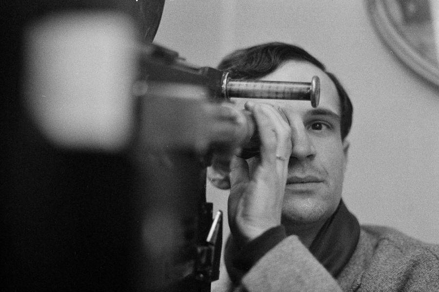 """France, le 31 janvier 1962, portrait du cinéaste français François TRUFFAUT, à l'occasion de la sortie du film """"l'amour a vingt ans"""", ensemble de cinq sketchs. Le sketch du réalisateur intitulé """"Antoine et Colette"""" relate le second volet de l'histoire d'Antoine Doinel à 17 ans, quelques années après """"les 400 coups"""". Le réalisateur derrière la caméra, regardant dans le viseur"""