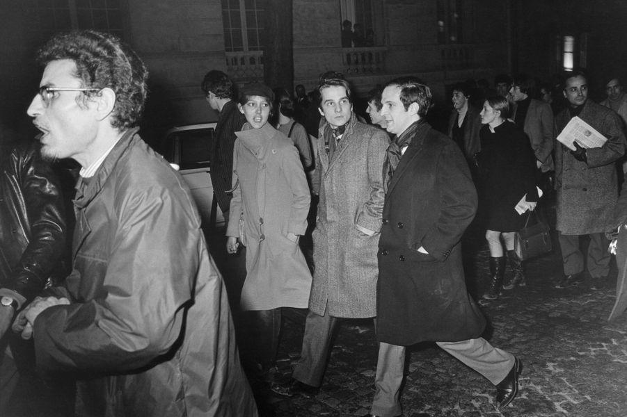 Le 8 février 1968, Henri Langlois a été limogé de la Cinémathèque française par décision gouvernementale. Le 14, 3 000 personnes manifestent en sa faveur sur l'esplanade de Chaillot, et se heurtent aux forces de l'ordre : sur la photo, François TRUFFAUT, Jean-Pierre LEAUD et Anne WIAZEMSKY.