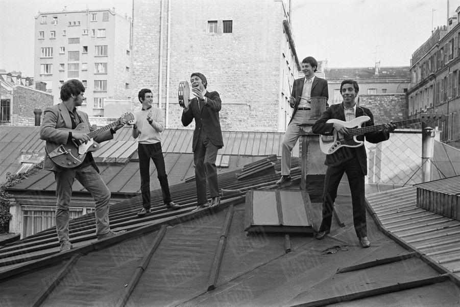 La formation Jacques Dutronc, en septembre 1966. De g à dr : Jean-Pierre Alarcen à la guitare, Alain Le Govic (futur Alain Chamfort), Jacques Dutronc au tambourin, Michel Pelay à la batterie et Hadi Kalafate à la basse.