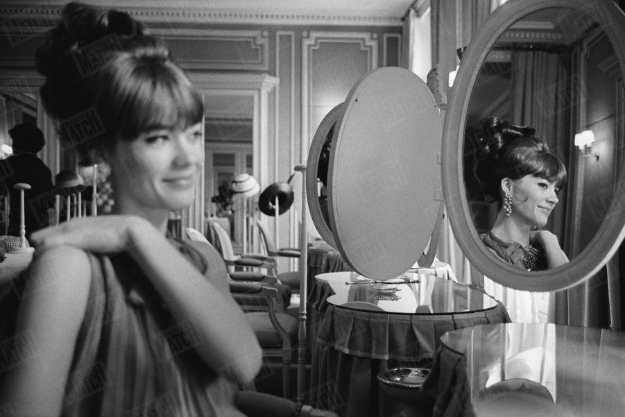Françoise Hardy, invitée par Paris Match à poser pour la couverture du magazine, change de style chez Dior, en mars 1963.