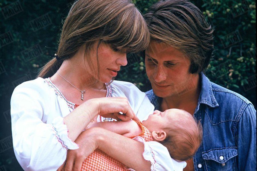Françoise Hardy et Jacques Dutronc, avec leur fils Thomas, en Corse en 1973.