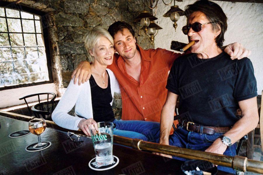 Françoise Hardy et Jacques Dutronc avec leur fils Thomas, dans leur maison de Monticello en Corse en juillet 2003.