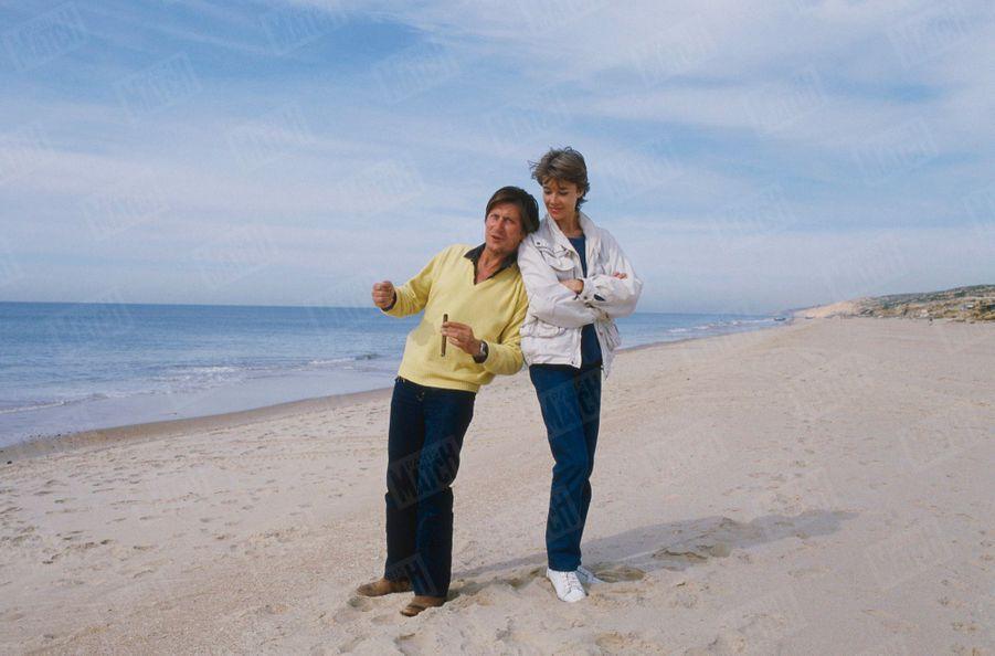 """Françoise Hardy et Jacques Dutronc sur la plage de Mazagon en Andalousie, où Jacques tournait le film """"Sarah"""" de Maurice Dugowson, en novembre 1982."""
