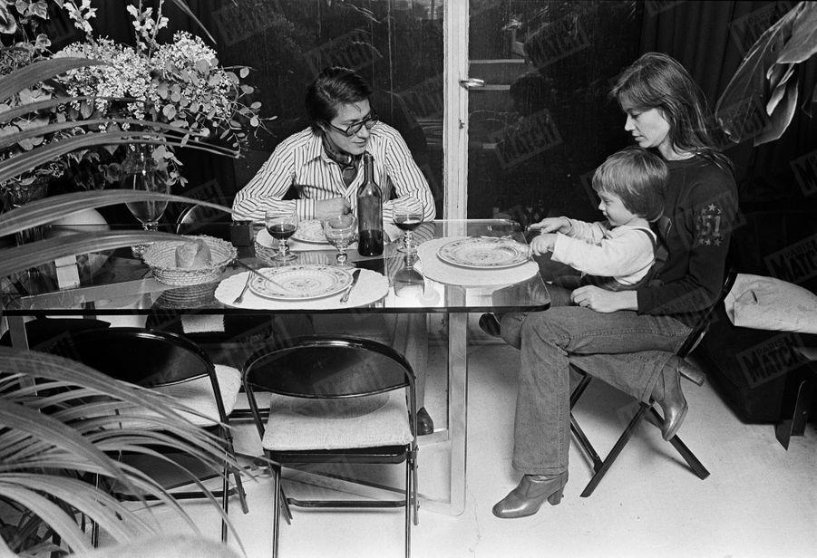Françoise Hardy et Jacques Dutronc avec leur fils Thomas (2 ans et demi) dans la salle à manger de leur maison du XIVème arrondissement de Paris, en janvier 1976.
