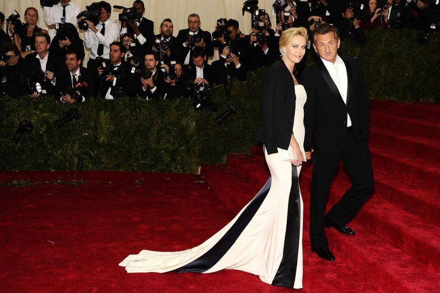 Charlize Theron (en Dior) et Sean Penn