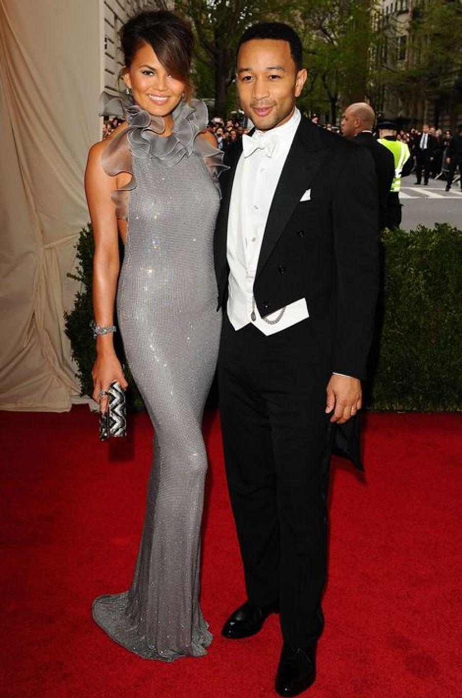 Chrissy Teigen (en Ralph Lauren) et John Legend