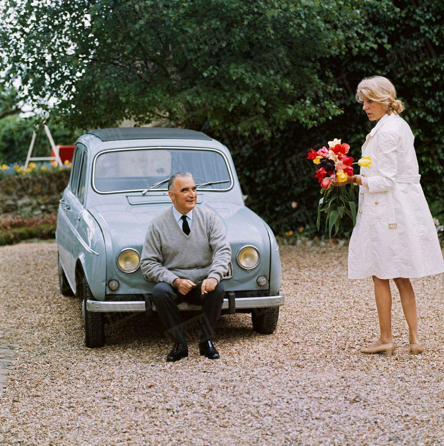 Georges Pompidou et son épouse Claude dans la cour de leur maison d'Orvilliers, dans les Yvelines, en juin 1969.