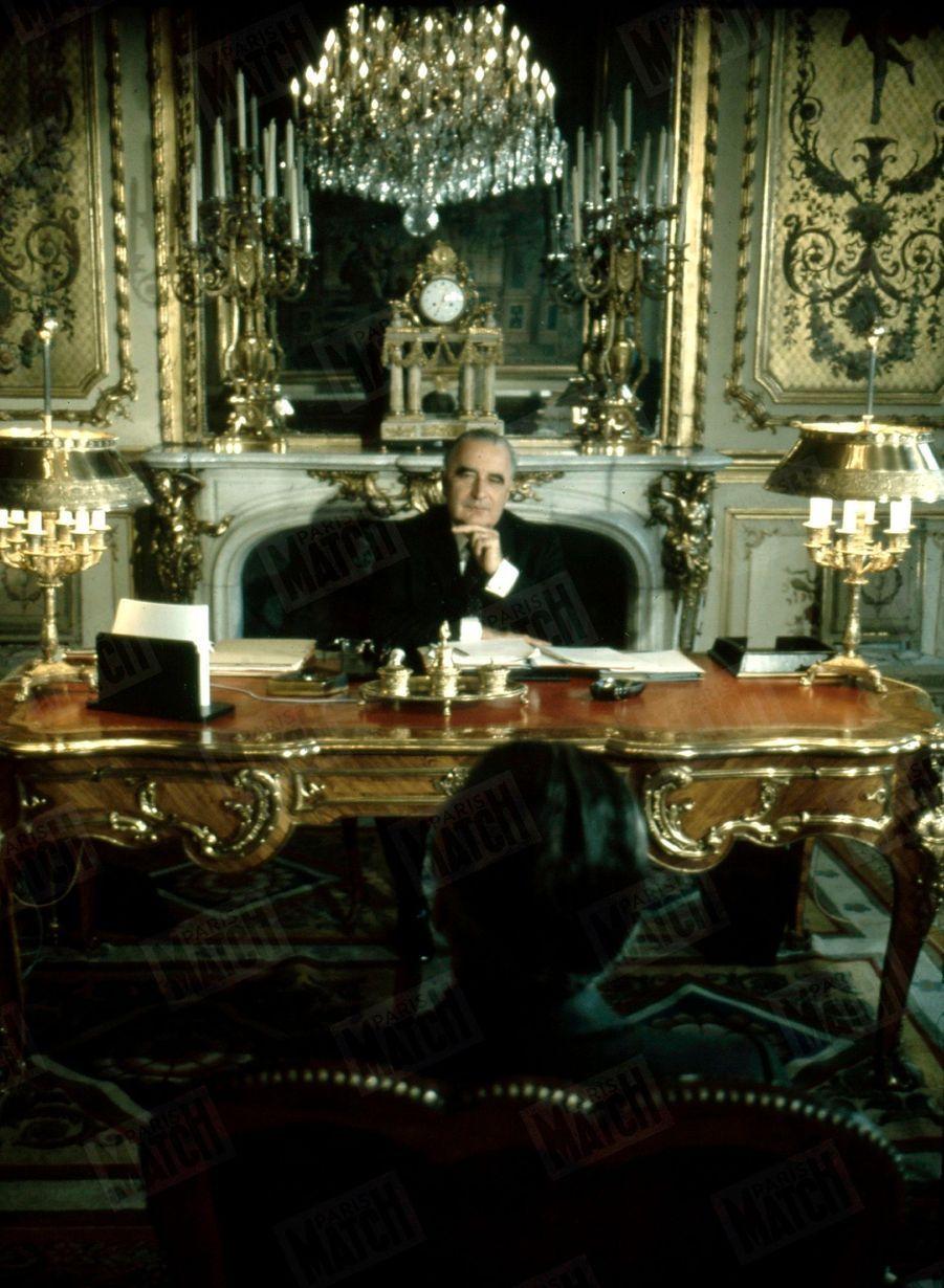 Le président Georges Pompidou dans son bureau à l'Elysée, face à Jacques Chaban-Delmas, en décembre 1969.