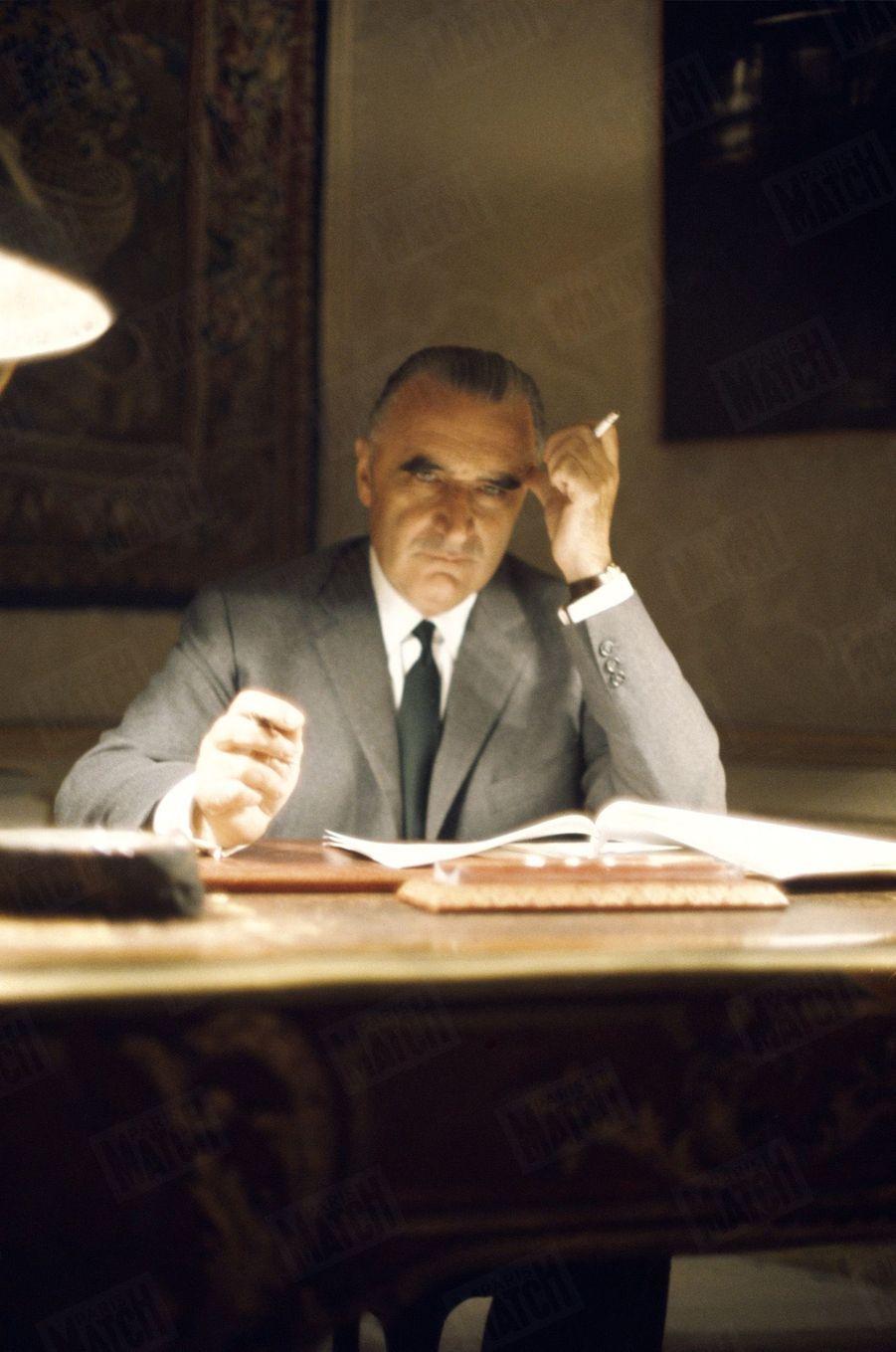 Le Premier ministre Georges Pompidou travaillant le soir à son bureau, à l'hôtel Matignon, durant les évènements de mai 68.