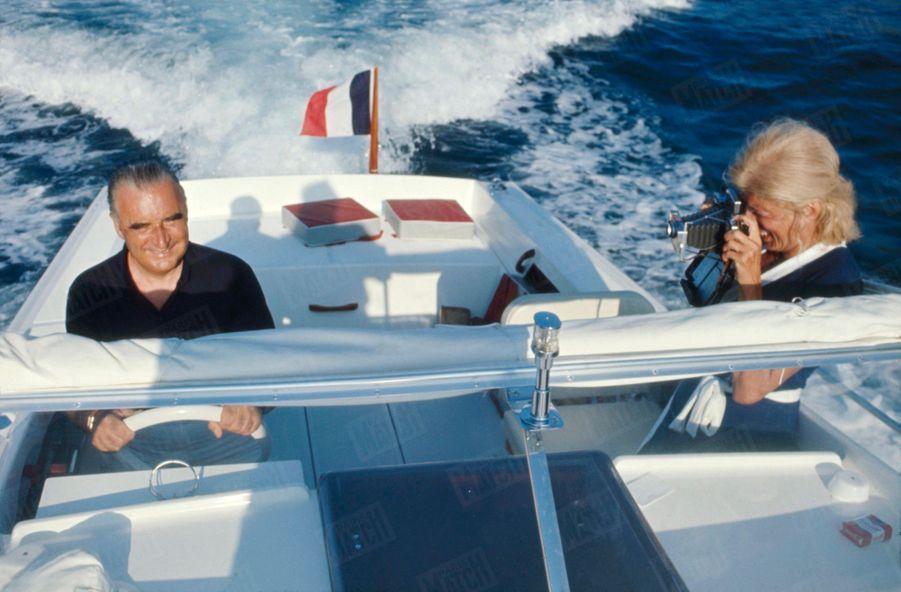 Le président Georges Pompidou avec son épouse Claude lors de leurs vacances au fort de Brégançon, en août 1969.
