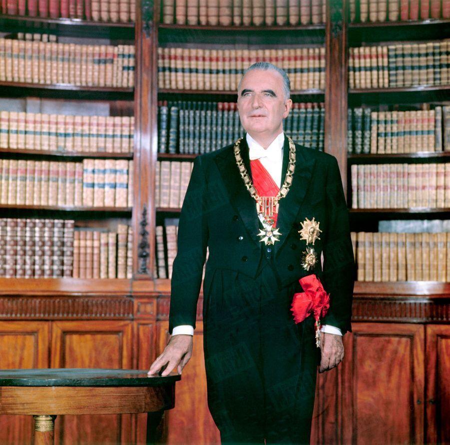Le président Georges Pompidou pose pour son portrait officiel dans la bibliothèque du rez-de-chaussée du Palais de l'Elysée. La photo est réalisée par notre photographe François Pagès, en juin 1969.