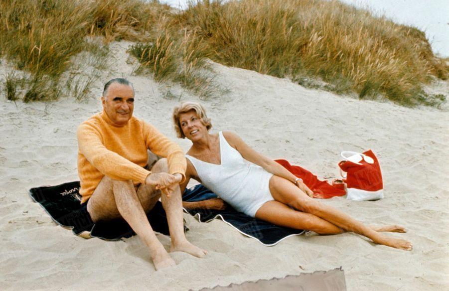 Georges Pompidou et son épouse Claude en vacances en Bretagne, en août 1968. Chaque matin, ils viennent discrètement de Carnac en 404 pour se baigner sur une grande plage déserte du Morbihan.