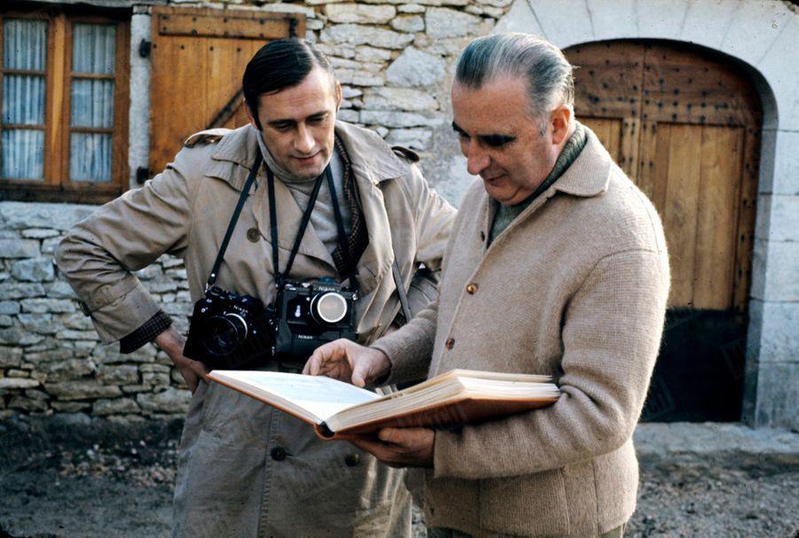 Georges Pompidou en 1965avec son amiFrançois Pagès,photographe à Paris Match qui réalisera son portrait officiel de président.