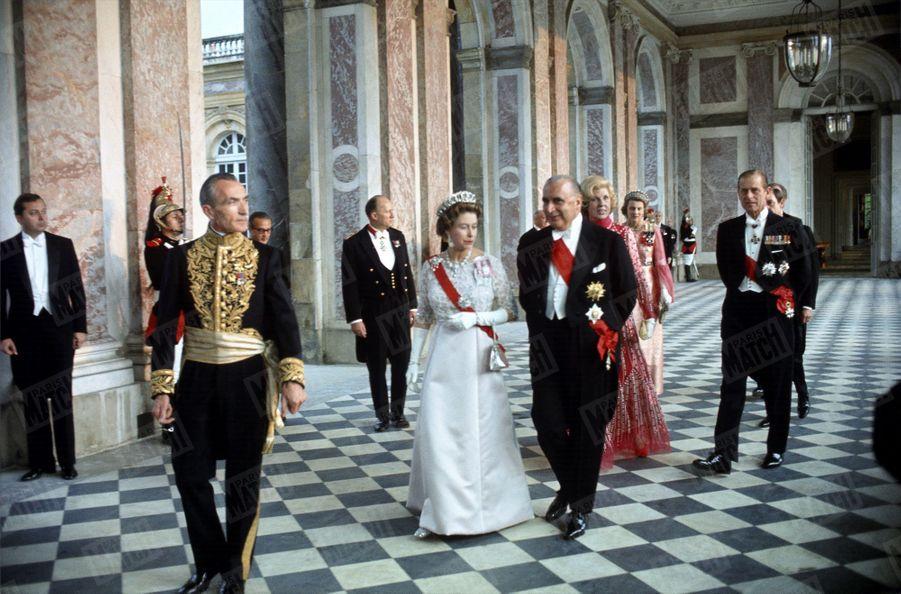 Georges Pompidou et son épouse Claude, lors de la soirée de gala donnée au Grand Trianon à Versailles en l'honneur de la reine Elizabeth II, en visite officielle en France avec son époux le prince Philip, en mai 1972.