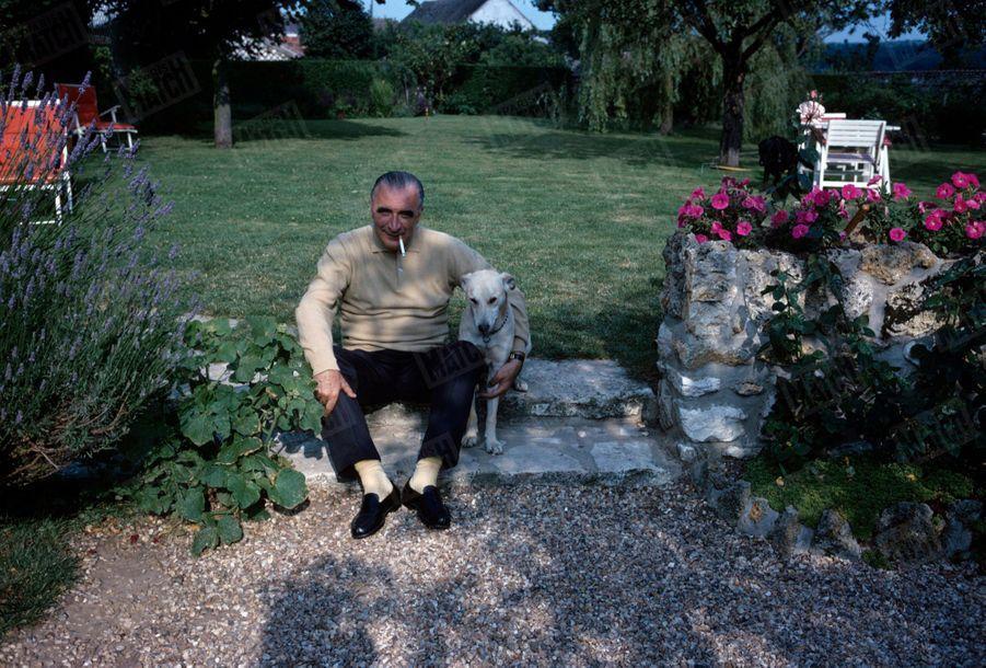 Georges Pompidou dans la cour de sa maison d'Orvilliers, dans les Yvelines,en juillet 1965.